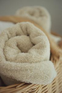 籐カゴの中の丸められたタオルの写真素材 [FYI03367341]