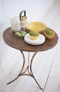 丸い木のテーブルと青リンゴとマスカットの写真素材 [FYI03367463]
