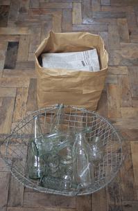 ガラス瓶と古新聞の写真素材 [FYI03367543]