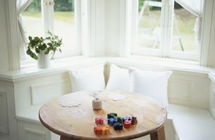 木のテーブルに置いたおもちゃの写真素材 [FYI03367555]