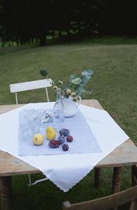 庭のテーブルセットの写真素材 [FYI03367571]