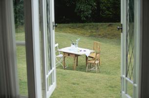 庭のテーブルセットの写真素材 [FYI03367576]