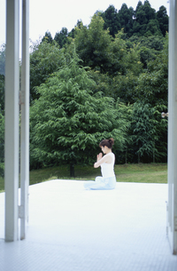エクササイズをする日本人女性の写真素材 [FYI03367639]