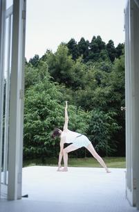 エクササイズをする日本人女性の写真素材 [FYI03367645]