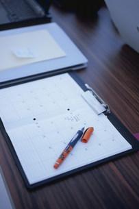 デスクのスケジュールノートの上のペンの写真素材 [FYI03367727]