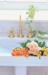 洗面台とバラの写真素材 [FYI03367771]
