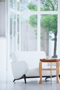 白いソファと木のテーブルの写真素材 [FYI03367884]