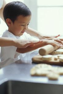 パン生地をのばす男の子の写真素材 [FYI03368068]