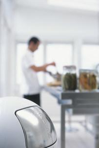 ゴミ箱と料理をする日本人男性の写真素材 [FYI03368073]