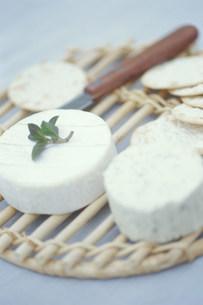 カマンベールチーズとクラッカーの写真素材 [FYI03368106]