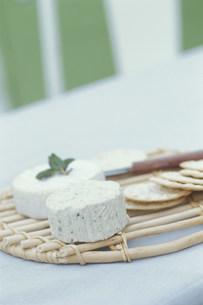 カマンベールチーズとクラッカーの写真素材 [FYI03368111]