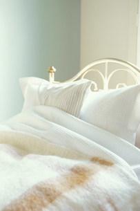 ベットに置いた枕の写真素材 [FYI03368128]