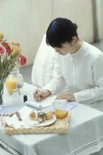 手紙を書く日本人女性の写真素材 [FYI03368141]
