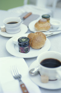 テーブルの上の軽食の写真素材 [FYI03368145]