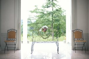 ワイヤー長椅子にハートリース・両脇に椅子の写真素材 [FYI03368151]