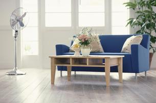 青いソファのある部屋の写真素材 [FYI03368159]