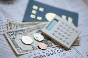 パスポートと紙幣と電卓の写真素材 [FYI03368169]