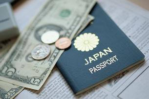 紙幣とパスポートの写真素材 [FYI03368187]
