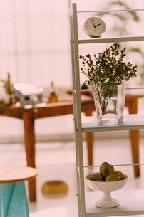 花や果物のあるシェルフ越しの調理台の写真素材 [FYI03368245]