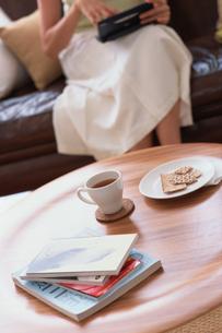 丸テーブルの奥で電子辞書を使う女性の写真素材 [FYI03368283]