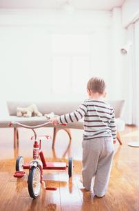 三輪車で遊ぶ外国人の男の子の写真素材 [FYI03368289]