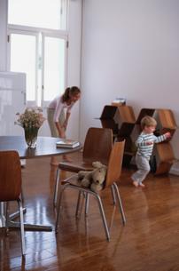 リビングで遊ぶ外人女性と子供の写真素材 [FYI03368300]