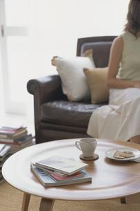 テーブルの上のコーヒーカップと皿の写真素材 [FYI03368308]