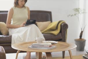 ソファに座る女性の写真素材 [FYI03368311]