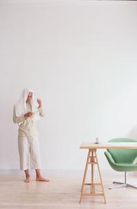 部屋着で頭にタオルをかぶった男性の写真素材 [FYI03368316]