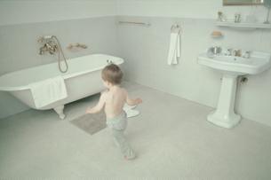 バスルームの外国人男の子の写真素材 [FYI03368332]