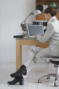 スーツを着てノートパソコンに向かう女性の写真素材 [FYI03368350]