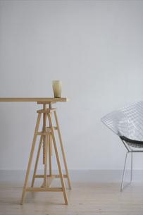 木のテーブルとワイヤーチェアの写真素材 [FYI03368356]