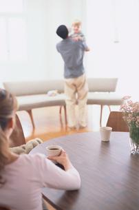 お茶を飲む女性と子供を抱く男性の写真素材 [FYI03368361]