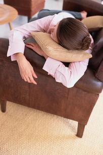 ソファで横になる女性の写真素材 [FYI03368363]