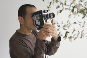 カメラを回す男性の写真素材 [FYI03368370]