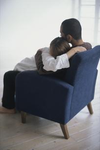 抱き合うカップルの写真素材 [FYI03368372]