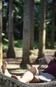 ハンモックに寝る男性の写真素材 [FYI03368404]