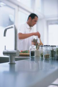 料理する男性の写真素材 [FYI03368425]