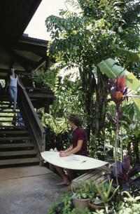 階段で話す男性サーファーと女性の写真素材 [FYI03368449]