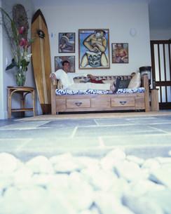 ソファの上でくつろぐ男性の写真素材 [FYI03368467]