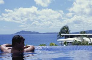 プールに浸かる男性の写真素材 [FYI03368489]
