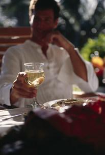 ワインを持つ男性の写真素材 [FYI03368502]