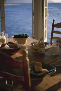テーブルの上の食べ物の写真素材 [FYI03368522]
