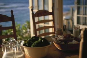 テーブルの上の食べ物の写真素材 [FYI03368525]