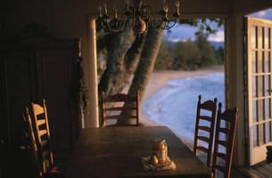 テーブルの上の洋ナシとジャムの写真素材 [FYI03368526]