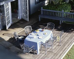 テラスにあるテーブルセットの写真素材 [FYI03368527]