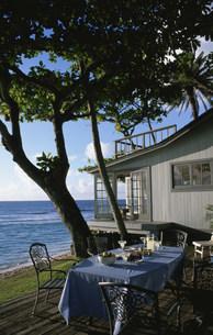 海辺の家のテーブルセットの写真素材 [FYI03368529]