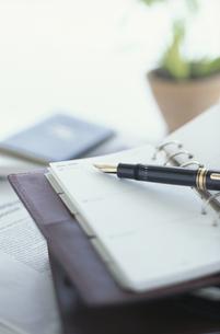 手帳とペンの写真素材 [FYI03368558]