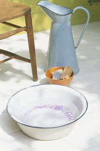 洗面器の中のビーダマの写真素材 [FYI03368843]