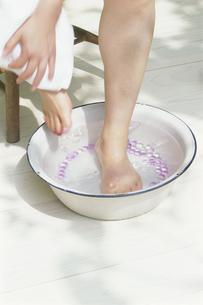 足浴する人の写真素材 [FYI03368860]
